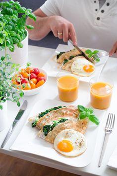 Naleśniki z serkiem, szpinakiem i sadzonym jajkiem Cooking Recipes, Healthy Recipes, Tasty Dishes, Superfoods, Lchf, Food Inspiration, Nom Nom, Brunch, Eggs