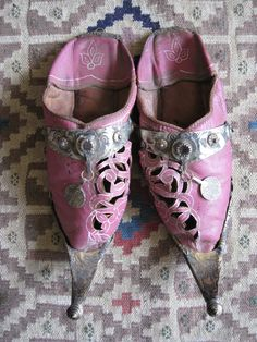 I've always enjoyed the timeless look of Moroccan slippers. Love the colour combination as well. Moroccan Design, Moroccan Style, Moroccan Wedding, Moroccan Slippers, Fairy Shoes, Arabian Nights, Miu Miu Ballet Flats, Marrakech, Wedding Shoes