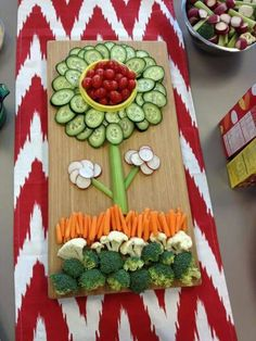 flower veggie vegetable tray best fruit & veggie vegetable tray ideas fun fruit and veggie ideas fun food for kids healthy snacks for kids parties kid party food fun holiday food fruit & veggies for holidays parties celebrations special occasions Veggie Platters, Veggie Tray, Food Platters, Vegetable Trays, Vegetable Garden, Veggie Display, Vegetable Design, Vegetable Carving, Cute Food