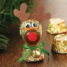 Make reindeer heads from Reese's Peanut Butter Cups. There is information on reindeer on this site, also. Noel Christmas, Christmas Goodies, Christmas Treats, Winter Christmas, All Things Christmas, Christmas Decorations, Christmas Ornaments, Christmas Neighbor, Neighbor Gifts