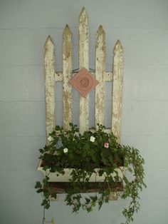Old Picket Fence Planter - Here I created a unique planter box for my front porch using a piece of old white weathered picket fence. I cut the 5 pieces so they… Fence Planters, Planter Boxes, Hanging Planters, Plastic Planter, Front Yard Fence, Farm Fence, Front Porch, Horse Fence, Fence Gate