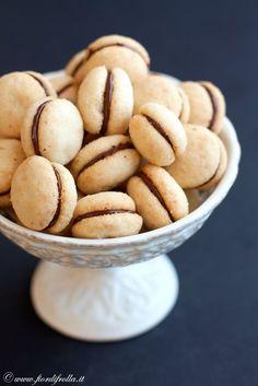 Baci di damaBaci di dama Ingredienti per circa 80 biscotti: 300 g di farina 00 300 g di mandorle 300 g di zucchero semolato 300 g di burro cioccolato fondente q.b.