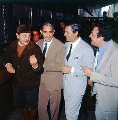 """Alessandro Blasetti, Walter Chiari e Marcello Mastroianni a Roma Termini, sul set del film """"Io, io io e gli altri"""" girato nel 1966."""