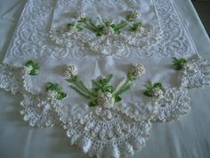 produtos de fino acabamento. Crochet Lace Edging, Crochet Borders, Filet Crochet, Crochet Doilies, Crochet Yarn, Crochet Stitches, Creative Embroidery, Vintage Embroidery, Ribbon Embroidery