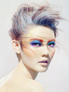 Muitas cores vivas nesta maquiagem, aposte