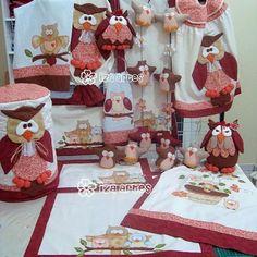 By @izaartes ! #kitcozinha #cozinha #chadepanela #avental #panodeprato #jogoamericano #mesaposta #receberbem #copa #kitcheen #corujas #owl #eule #gufi #patchwork #quilt #costura #sewing #iloveit #artesanato