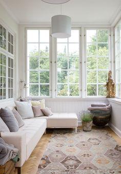En udestue til hele året Brook House, Sunroom Decorating, Interior Architecture, Interior Design, Enclosed Patio, Piece A Vivre, Classic Interior, Home Fashion, Interior Inspiration