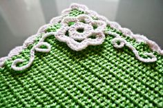 Crochet Edgings Design Placemats ~ free pattern Like the corner flower and vine Crochet Home Decor, Crochet Crafts, Yarn Crafts, Crochet Projects, Knit Crochet, Easter Crochet, Crochet Placemats, Crochet Potholders, Crochet Doilies
