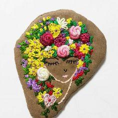 여인에게반해서하나더해봤어요~뒤에고리달아브로치만들려구요원피에뽀인트로~~ #인스타그램 #그림스타그램 #프랑스자수 #소품 #미니악세사리 #취미 #맞팔 #수작업 #친구환영 #자수스타그램 #dailylife #embroidery #brooch #flower #hobby #rose