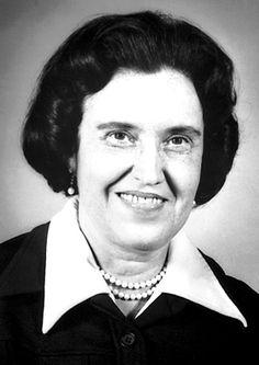 #36 Rosalyn Sussman  (1921 – 2011) fue una médico estadounidense, nacida en Nueva York en 1921.  Dedicada a la investigación de hormonas en el hospital de veteranos del Bronx (Nueva York), fue galardonada con el Premio Nobel en Fisiología y Medicina en 1977, compartido con el polaco Andrew V. Schally y el francés Roger Guillemin, por sus progresos en el terreno de las hormonas péptidos del radioinmunoensayo. En 1976 fue la primera mujer a quien se le otorgó el Premio Albert Lasker.