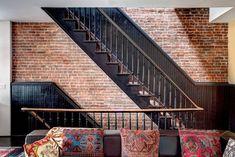 Escalier ancien peint en noir