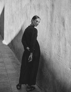 Simplicity - understated style, minimalist fashion editorial // Ph. Vogue Netherlands