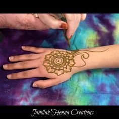 Fun Party Henna Fun Party Henna,Tattoos This is a quick cute design perfect for a henna party Related posts:Nike Therma Sphere Damen-Lauf-Hoodie - Grau Nike - Henna designs Best Navratri Mehndi Designs Henna Hand Designs, Eid Mehndi Designs, Henna Tattoo Designs, Mehndi Designs For Beginners, Modern Mehndi Designs, Mehndi Design Pictures, Mehndi Designs For Hands, Henna Tattoo Hand, Henna Tattoos