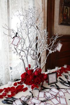 Who thinks of stuff like this ... The Card on the Table tells the guest to share advice and best wishes with the couple and then they hang it on the tree. Super Cute for a Winter Wedding