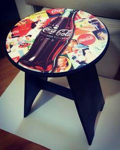Linda mesinha com estrutura em MDF, decorada com temática da coca cola. Ideal para decoração, aparador ou para compartilhar petiscos com os amigos.