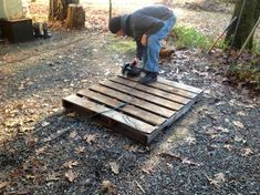Building a Rabbit Hutch from Pallets: How to Tutorial - http://fmicrofarm.com/2012/12/22/diy-pallet-rabbit-hutch-full-tutorial/