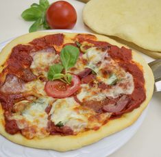 Hozzávalók: a tésztához: 2,5 dkg élesztő, kb. 3 dl langyos víz, 50 dkg finomliszt, 1 mokkáskanál só, 4-5 evőkanál olaj a nyújtáshoz: 3-4 evőkanál finomliszt a lekenéshez: 5-6 evőkanál olaj a pizzaszószhoz: 40-50 dkg konzerv hámozott paradicsom (az a ... Taco Pizza, Hawaiian Pizza, Pepperoni, Mozzarella, Vegetable Pizza, Tacos, Vegetables, Food, Youtube