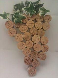 Racimo de uvas hecho con tapones de corcho