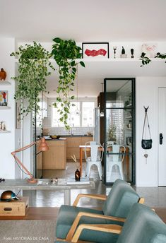 Sala de estar integrada tem prateleira suspensa com plantas e obras de arte, banco de concreto e poltronas verdes. Room Decor Bedroom, Interior Design Living Room, Living Room Designs, Living Room Decor, Appartement Design, Trendy Home, Simple House, Sweet Home, New Homes