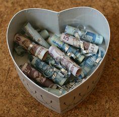Ha ilyen ajándékkal elhalzmoznak,csak is jó napod lehet . Gift Baskets, Diy And Crafts, Bridal Shower, Presents, Creative, Gifts, Blog, Basket Ideas, Weddings