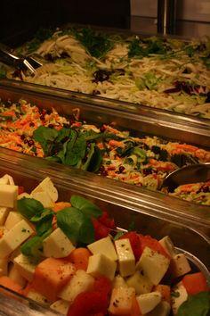 Yrityksen lounastilaisuuden salaattipöytä talvella 2014.
