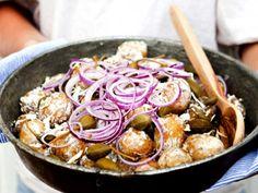 Färskpotatissallad med pepparrot, citron och kapris | Recept från Köket.se Rigatoni, Frisk, Potato Salad, Shrimp, Cabbage, Good Food, Food And Drink, Potatoes, Cooking Recipes