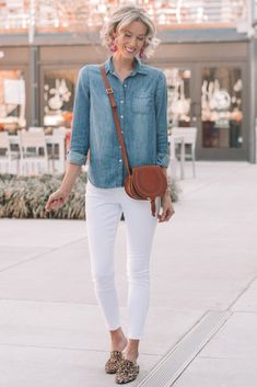 Today as part of my mini casual capsule wardrobe I will be sharing 4 ways to wear a chambray shirt all with pieces that are part of my capsule. So versatile Jean Shirt Outfits, Chambray Shirt Outfits, Outfits Con Camisa, White Jeans Outfit, Chambray Top, Blue Shirt With Jeans, Blue Jean Shirts, Denim Shirts Women, Plain Shirts
