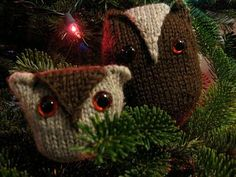 Winter Foliage: Parade of Christmas Crafts {animals}. Instructions for knitted owl ornaments.