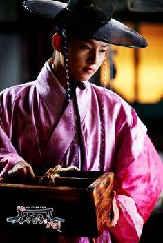 song joong ki in sungkyunkwan scandal Song Joong, Song Hye Kyo, Korean Celebrities, Korean Actors, Descendants, Soon Joong Ki, A Werewolf Boy, Sungkyunkwan Scandal, Songsong Couple