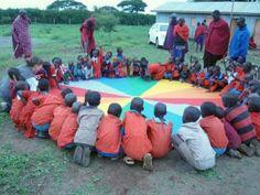 """Kenia, Akcja """"Pomagam dzieciom w Afryce"""". Jednym z darów przekazanych dzieciom z wioski Masajów była chusta Klanza."""