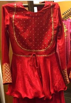 Lovely. Neck design Choli Blouse Design, Sari Blouse Designs, Kurta Designs, Pakistani Dresses, Indian Dresses, Indian Outfits, Indian Designer Outfits, Designer Dresses, Kurti Designs Party Wear