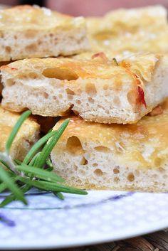 K hotovému rozkvasu přidáme zbytek surovin a uhněteme volnější těsto, které vyškrábneme do olivovým olejem vytřené mísy a necháme asi 45 minut... Bread, Food, Eten, Bakeries, Meals, Breads, Diet