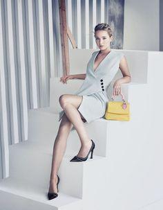 L'actrice oscarisée apparaît plus belle que jamais dans les portraits shootés par le photographe italien Paolo Roversi. http://www.elle.fr/Mode/Les-news-mode/Autres-news/Le-naturel-desarmant-de-Jennifer-Lawrence-dans-la-campagne-du-sac-Be-Dior-2902126