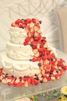 White wedding cake with fruitsベリーたっぷりウエディングケーキ