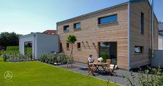 Individuell geplante Design-Architektur PlanMit Entwurf Hoch hinaus mit Rondo Holzverschalung und weißem Anbau als Home-Office by Baufritz