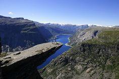 Trolltunga over Ringsdalsvatnet med utsiktmot Folgefonna. (Klikk for neste bilde)