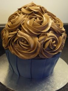 Getting a giant cupcake cake pan for Miss 3's birthday... prepare for a hundred and one different decorating idea pins!
