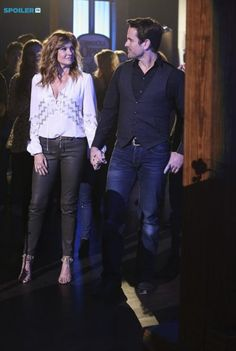 3x15 Deacon and Rayna. Love that they're holding hands.