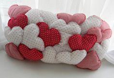 valentine pillow (to buy: http://www.elo7.com.br/nova-almofada-puff-coracoes/dp/10830E)