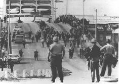 Bloody Sunday-officers await demonstrators - Martin Luther King - Wikipedia, la enciclopedia libre