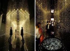 Инсталляция в виде мерцающего дождя из 65 000 часовых механизмов.