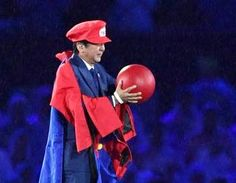 El primer ministro japonés, Shinzo Abe, posa después de quitarse el traje del personaje del juego de Nintendo Super Mario durante su aparición durante la ceremonia de clausura de los Juegos Olímpicos de 2016 en Río de Janeiro, Brasil, el domingo 21 de agosto de 2016.