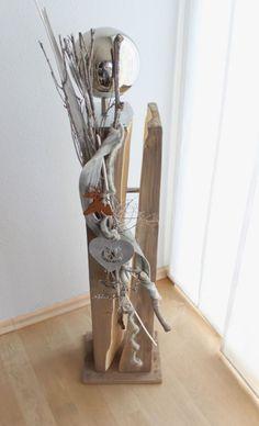 Dekosäule für Innen und Aussen! Holzsäule gebeizt und gespalten, natürlich dekoriert mit einer Edelstahlkugel, Filzband, Filzhirsch und zwei unterschiedlichen Herzen! Preis 99,90€