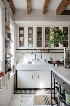 Designer, Emma Beryl transformed this home into a stunning farmhouse-chic space in New York's prestigious Park Slope neighborhood. Kitchen Set Up, Kitchen Design, Kitchen Decor, Kitchen Ideas, Design Bathroom, Kitchen Inspiration, Kitchen Interior, Modern Farmhouse Interiors, Modern Farmhouse Bathroom