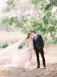 Soft, Romantic Silicon Valley Wedding #vineyardweddinginspiration #moniquellhuillierweddingdresses #englishgardenweddingflowers