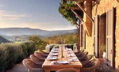 Numa fazenda com 1100 hectares na divisa da Umbria com a Toscana, fica o Castello di Reschio, cercado de colinas cobertas por vin...