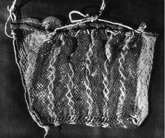 Place of production: Egypte Date of production : 401 - 500 dimensions: hauteur: 18 cm largeur: 20 cm Description: Bonnet en laine pourpre et jaune provenant de la sépulture d'Aurélius Colluthus à Antinoé.