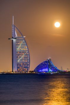 Full moon over Burj al Arab, Dubai -- photo: Bjorn Moerman on Abu Dhabi, Jumeirah Beach Hotel Dubai, Places To Travel, Places To See, Places Around The World, Around The Worlds, Wonderful Places, Beautiful Places, Espanto