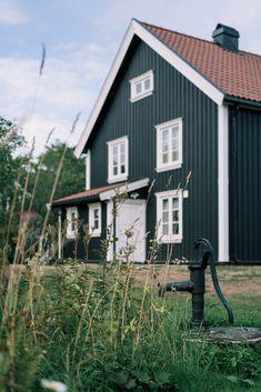 På dette gårdsbruket finner du et klassisk hus med særpreg og sjarm, og med skogen som nærmeste nabo. Shed, Outdoor Structures, Backyard Sheds, Coops, Barns, Tool Storage, Barn