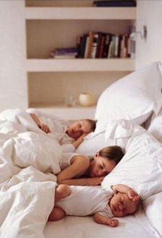 自由気ままに、おねんね。 大の字に寝る子。 うつぶせ寝が好きな子。 他人に気づかうことなく、 自分を表現する姿が、新鮮に感じる。